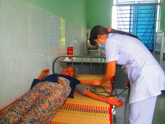 Số lượng người dân đến khám chữa bệnh tăng lên từ khi được nhận BHYT miễn phí. Trong ảnh: khám bệnh tại TTYT xã Tam Thăng (TP.Tam Kỳ).Ảnh: B.T.T.M