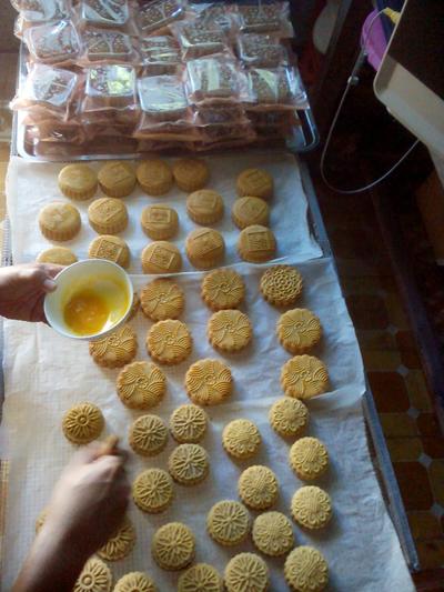 Bánh Trung thu truyền thống làm từ nguyên liệu sạch lên ngôi. (Ảnh: N.D)