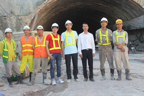 Công nhân thuộc gói thầu số 4 trong ngày đầu tiên thông hầm.