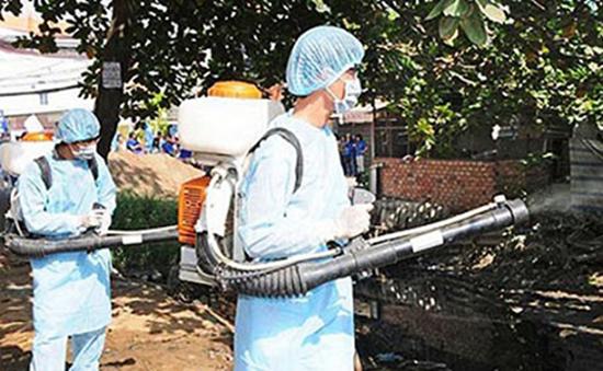 Ngành y tế phun hóa chất diệt muỗi.