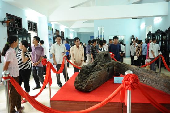 Một phần bánh lái của con tàu chở cổ vật thế kỷ XV bị đắm ở Cù Lao Chàm. Ảnh: MINH HẢI