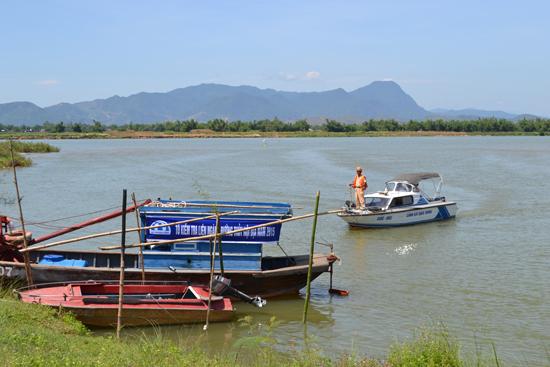 Tổ liên ngành đường thủy nội địa tuần tra trên sông Vĩnh Điện. Ảnh: K.K