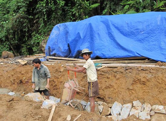 Dự án đường ô tô đến trung tâm xã Trà Tập đã dừng thi công vẫn bị treo tạm ứng, không thể giải ngân. Ảnh: T.DŨNG