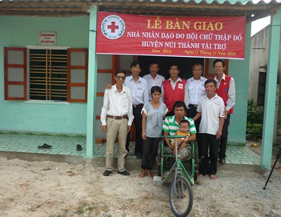 Hội Chữ thập đỏ huyện Núi Thành bàn giao nhà nhân đạo cho hộ nạn nhân da cam.  Ảnh: PHAN CÔNG RY