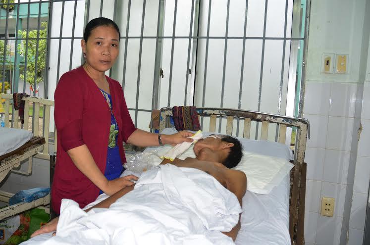 Chị Nga đang chăm sóc chồng tại bệnh viện. Ảnh: XUÂN KHÁNH