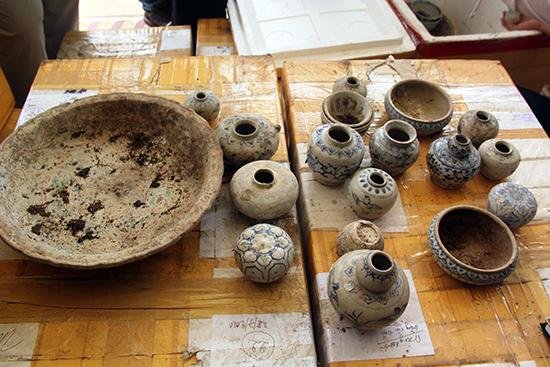 Một số cổ vật trong tổng số 1.457 cổ vật được trao trả lại cho ông Nguyễn Mười sau 12 năm cất giữ tại Bảo tàng tỉnh.              Ảnh: LÊ. QUÂN