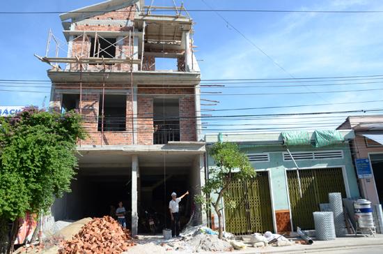 Ngôi nhà ông Hiệp đang xây buộc dừng thi công hơn tháng nay, khiến tài sản bị thiệt hại nặng. Ảnh: T.H