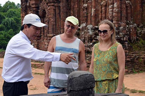 Hướng dẫn viên di sản tại Khu đền tháp Mỹ Sơn.
