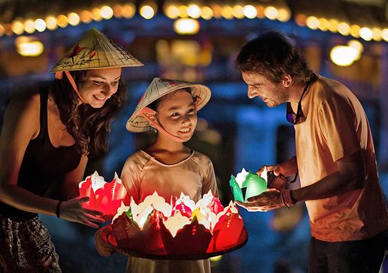 """Bức """"Ánh đèn đêm hội"""", giải nhất ảnh đơn chủ đề đời sống tại cuộc thi ảnh Di sản văn hóa Việt Nam năm 2014.  Ảnh: P.C.A"""