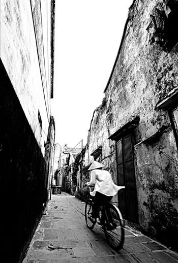 """Bức """"Lối xưa"""" của Dương Phú Tâm."""