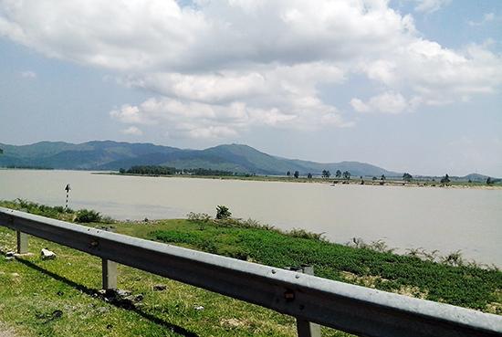 Trên đê tả ngạn sông Lam. Ảnh: T.Đ.T