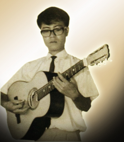 Nhạc sĩ Vũ Đức Sao Biển cùng cây đàn ghi ta năm 20 tuổi.