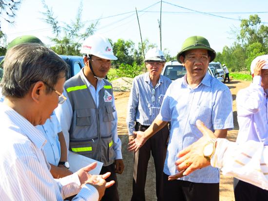 Chủ tịch UBND tỉnh Đinh Văn Thu kiểm tra tiến độ đầu tư các dự án trọng điểm vùng đông.Ảnh: T.DŨNG