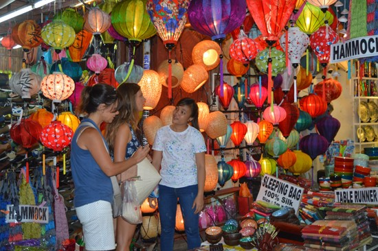 Developing tourism via the products of industry and  handicraft in Hoi An.