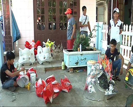 Nhiều trẻ em có hoàn cảnh khó khăn có việc làm ổn định tại cơ sở sản xuất lân của anh Nguyễn Hưng. Ảnh: T.BÌNH
