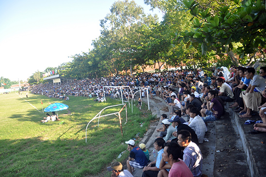 Giải Bóng đá vô địch tỉnh Quảng Nam năm 2015 thu hút đông đảo khán giả đến sân cổ vũ. Ảnh: L.HIỀN - ANH SẮC