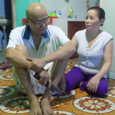 Chị Quyên động viên anh Mai an tâm điều trị bệnh. Ảnh: B.T.T.M