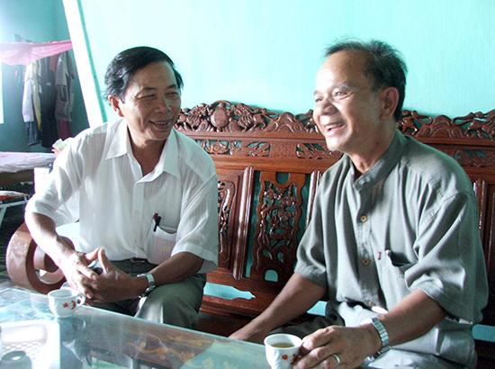 Nhà văn Nguyễn Bá Thâm trò chuyện với ông Hồ Văn Điều.                  Ảnh: LÂM BÌNH THÁI