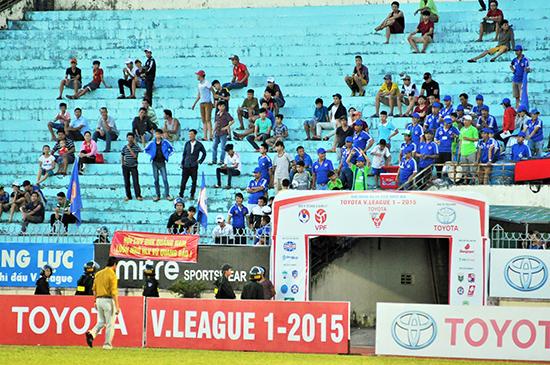 Nhiều trận đấu trên sân nhà của QNK Quảng Nam, khán đài khá vắng khán giả.