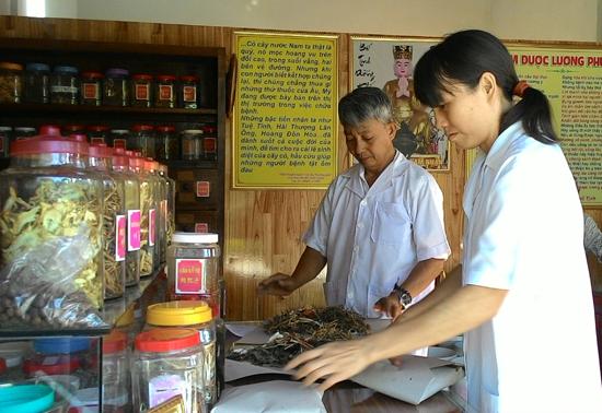 Các hội viên Hội Đông y Điện Bàn khám bệnh, bốc thuốc tại Phòng Khám bệnh đông y từ thiện Tuệ Tĩnh đường chùa Phổ Tịnh (Điện Hòa, Điện Bàn). Ảnh: C.N