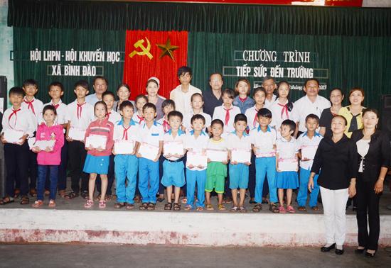 """Lễ trao học bổng """" Tiếp sức cho em  đến trường"""" tại xã Bình Đào. Ảnh: G.B"""