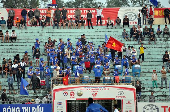 Mỗi năm ngân sách tỉnh hỗ trợ 13 tỷ đồng cho CLB QNK Quảng Nam nhưng trên khán đài có rất ít khán giả. Ảnh: AN NHI