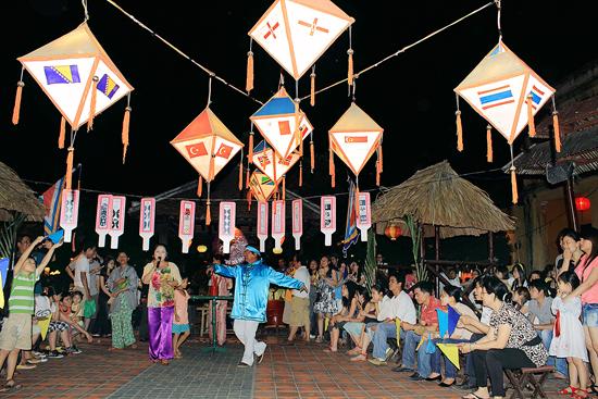 Vùng đất giàu truyền thống văn hóa, Quảng Nam có nhiều lợi thế để phát triển. TRONG ẢNH: Hát bài chòi ở Hội An. Ảnh: L.T.KHANG