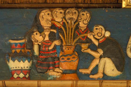 Phù điêu Uống rượu cần trên gươl làng Ka Koonh. Ảnh: T.VỊNH