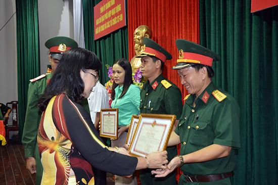 Trưởng Ban Dân vận Tỉnh ủy Nguyễn Thị Kim Dung trao thưởng cho các tập thể, cá nhân có thành tích xuất sắc trong công tác phối hợp hoạt động, giai đoạn 2011-2015.