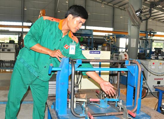 Tạo điều kiện để lao động trẻ phát huy sự sáng tạo trong công việc. TRONG ẢNH: Công nhân Nguyễn Duy Đức - Công ty TNHH Hữu Toàn Chu Lai là điển hình tiên tiến 5 năm trong phong trào thi đua yêu nước tỉnh 2010 - 2015.