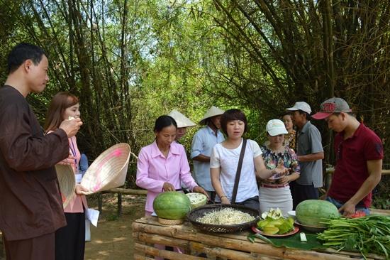 Ghé thăm vườn cộng đồng, nơi trình diễn các mô hình trồng rau sinh thái của các tình nguyện viên nước ngoài