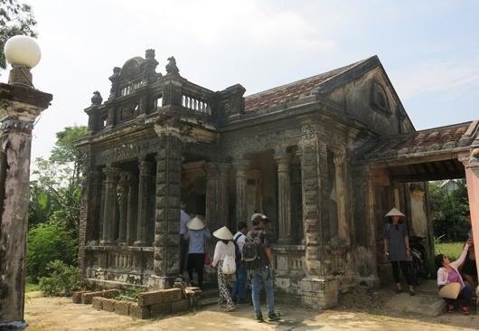 Tham quan ngôi nhà cổ trên 100 năm tuổi gắn liền với những cau chuyện lịch sử của làng