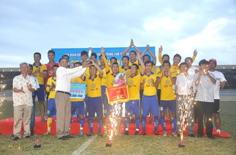 Trao siêu cúp Pha din 2015 cho đội TP.Hội An
