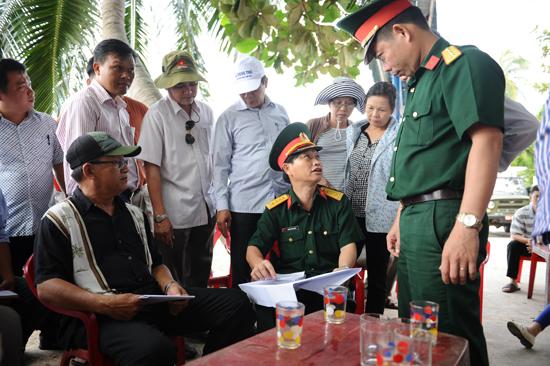 Lãnh đạo Bộ chỉ huy Quân sự tỉnh  và lãnh đạo TP. Hội An tìm giải pháp hợp lý để mở các điểm dừng chân. Ảnh: Minh Hải