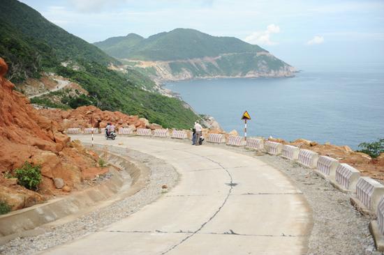 Cả tuyến đường dài 37 km cho du khách thưởng ngoạn nhiều cảnh quan hấp dẫn Cù Lao Chàm. Ảnh: Minh Hải