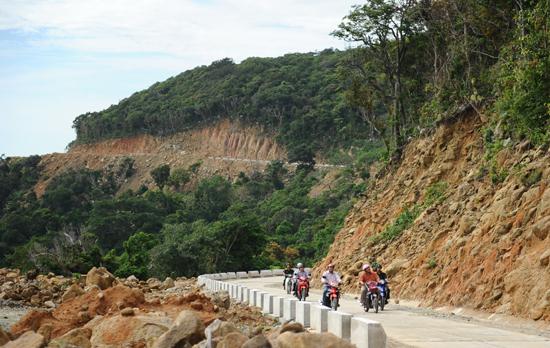 Du khách thích ngắm nhìn phong cảnh từ tuyến đường sương đông Cù Lao Chàm . Ảnh: Minh Hải