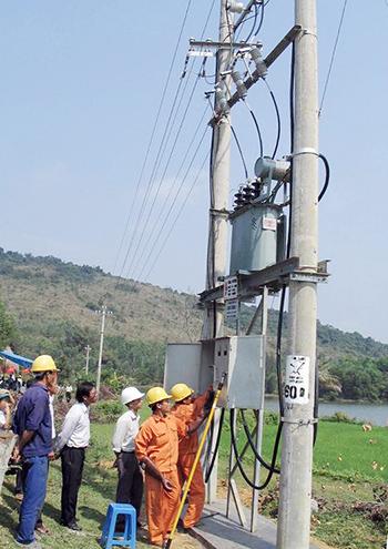 Công ty Điện lực Quảng Nam không ngừng đầu tư, cải tạo, nâng cấp hệ thống lưới điện nông thôn.  Ảnh: ĐẶNG HÙNG