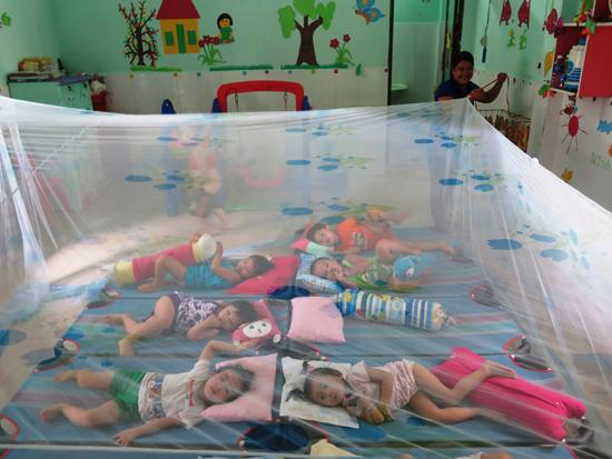 Thực hiện việc mắc màn cho trẻ tại trường Mầm non Thánh Gióng.