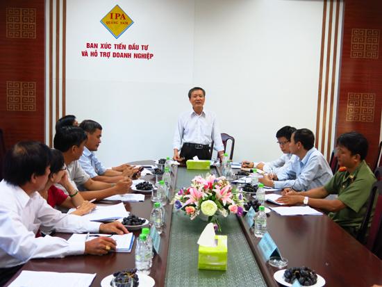 Phó Chủ tịch UBND tỉnh Trần Đình Tùng chủ trì buổi tiếp doanh nghiệp định kỳ tháng 10.2015. Ảnh: NHẬT PHONG