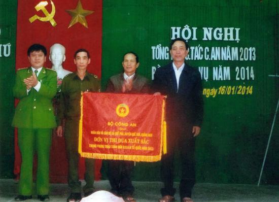 """Công an xã Quế Phú được Bộ Công an tặng cờ """"Đơn vị thi đua xuất sắc trong phong trào Toàn dân bảo vệ ANTQ"""" năm 2013. Ảnh: V.K"""