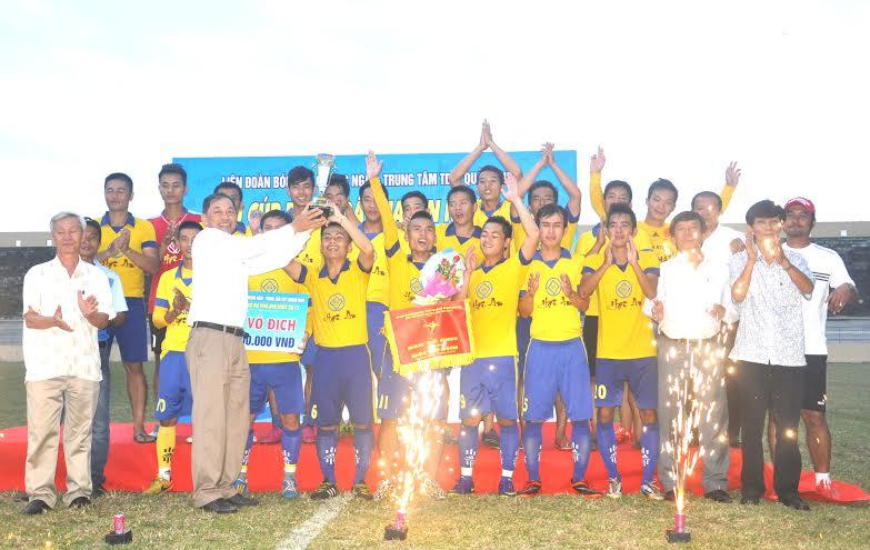 Ông Phạm Bá Nam - Phó Chủ tịch Liên đoàn Bóng đá Quảng Ngãi trao cúp vô địch siêu cúp Phadin 2015 cho đội TP.Hội An.