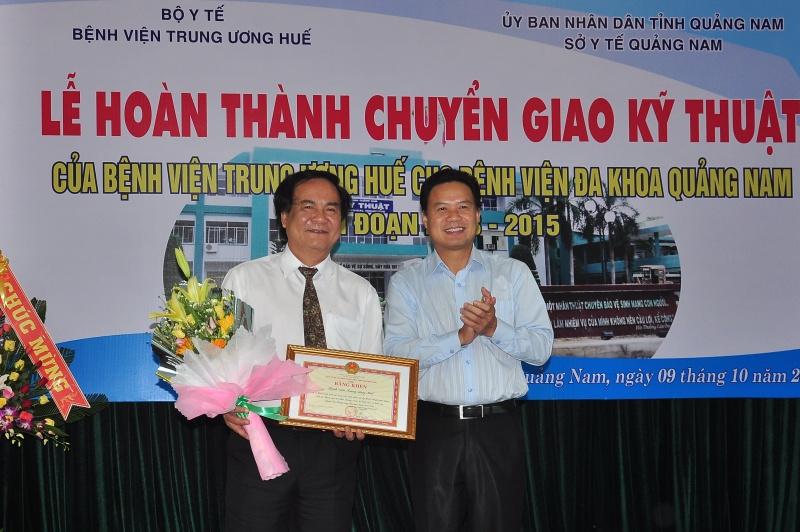 Phó Chủ tịch UBND tặng bằng khen cho GS.TS Bùi Đức Phú - Giám đốc Bệnh viện Trung ương Huế. Ảnh: VINH ANH