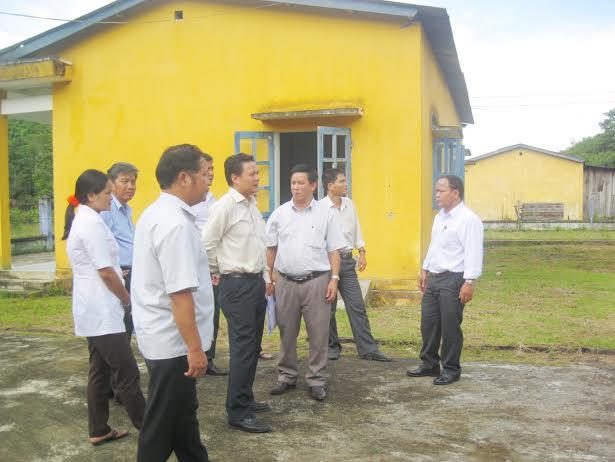 Lãnh đạo tỉnh, Sở Y tế và chính quyền địa phương đi khảo sát tại Trạm Y tế xã Đắc Pre.