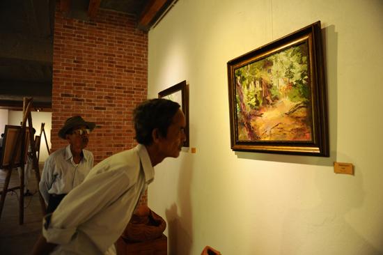 Hình bóng quê hương được họa sĩ Bạch Hoàng Anh thể hiện qua những tác phẩm. Ảnh Minh Hải