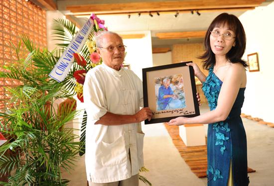 Họa sĩ Bạch Hoàng Anh chân dung cho từng nghệ nhân làng gốm, những người đã giữ lửa cho làng. Ảnh Minh Hải