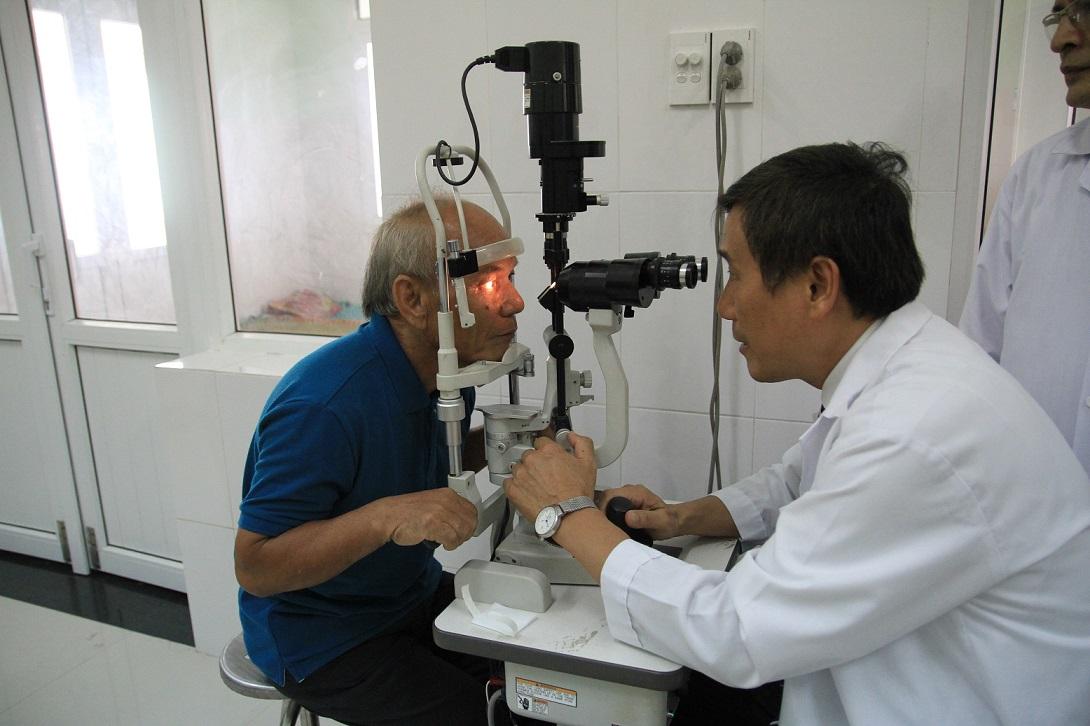Người dân được kiểm tra mắt tại Trung tâm Mắt Quảng Nam