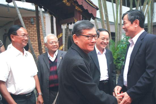 Phan Duy Nhân (người thứ 3) trong cuộc họp mặt Tổng đoàn Học sinh Đà Nẵng (1970-1975), tháng 3.2010.