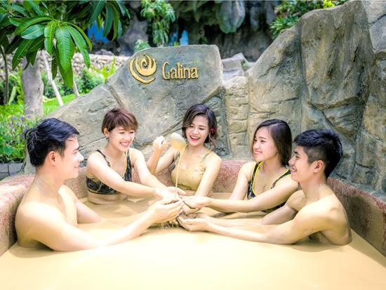 Khu tắm bùn Galina thu hút  nhiều bạn trẻ đến vui chơi trải nghiệm.