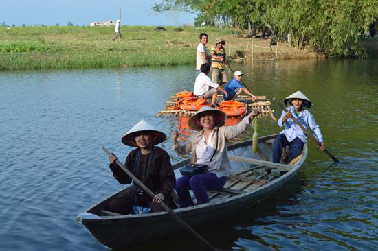 Du khách thích thú với những trải nghiệm du lịch cộng đồng tại làng Triêm Tây.