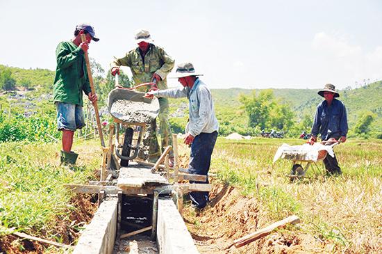 Nông dân xã Đại Phong (Đại Lộc) tập trung bê tông hóa hệ thống thủy lợi phục vụ sản xuất. Ảnh: H.GIANG